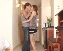 【無修正 沢井亮 女性向け】我慢できずホテルの玄関でセックスはじめちゃう仲良しカップル♥