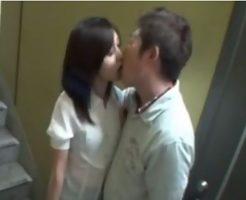 階段の踊り場で美女が待ち伏せしてイケメン彼氏とそのままセックスしちゃう