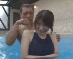 エロメン黒田悠斗がプールで水着美女と濃厚セックスプレイ