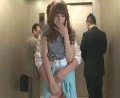 イケメン彼氏とデートだけどエレベーターでこっそり声を抑えてセックスしちゃう美女