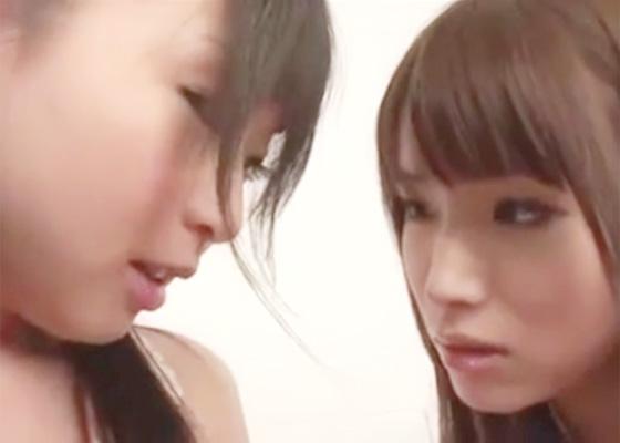 【無修正 レズ】女の子2人がアダルトDVDを観て次第にムラムラ…乳首を擦り合わせながらあそこも重ね合わせてビクビクと身体全身を痙攣させながらイッちゃうラブえっち 女性向け無料アダルト動画