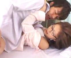【一徹 女性向け】保健室で体調を悪くして寝ている私の様子を見に来てくれた鈴木一徹クン。私の生徒なんだけど、火照った身体が暑くて胸元を開いていたら彼の股間の様子が…