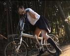 自転車のサドルに媚薬が。。知らずに乗ったJKが脚を震わせるぐらい感じてしまい、それを見た男に無理やり犯されて…