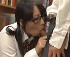図書室で勃起している彼を見つけて興味津々なJK。積極的に誘惑してお互いに愛撫し合い挿入エッチまで…【藍井優太】